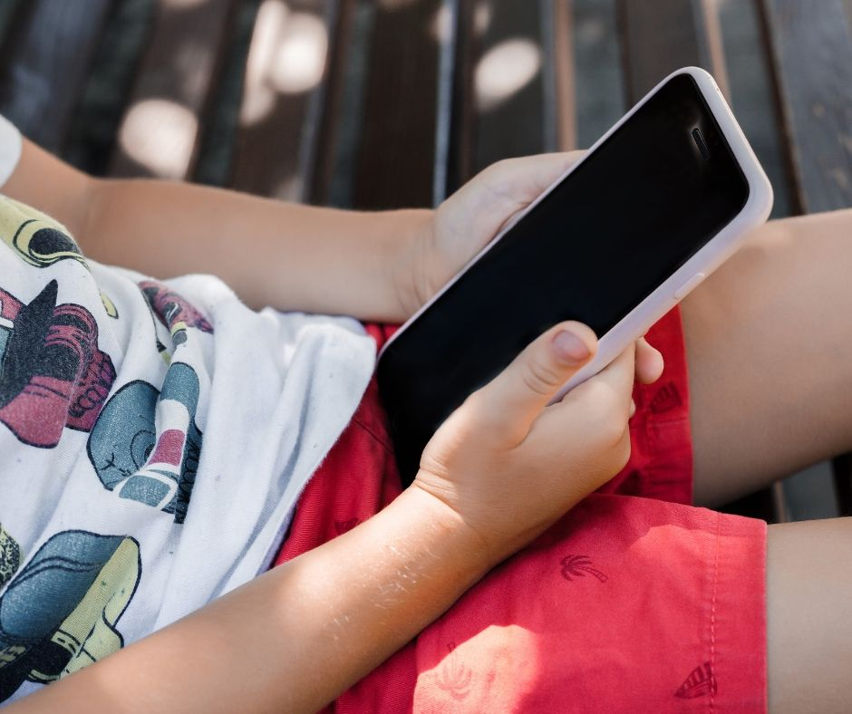 Dare il cellulare ai bambini